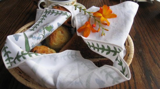 Rodeen Country House: A basket of breads