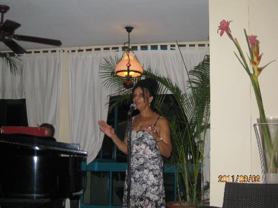 Melia Las Antillas: Chanteuse au lobby bar