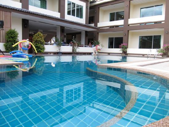 ชาญ รีสอร์ท: Chan Resort pool and lounge in background