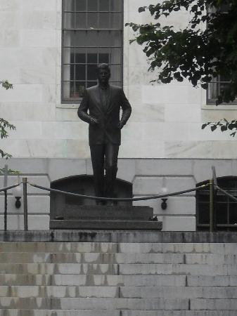Massachusetts State House: John F. Kennedy im Garten