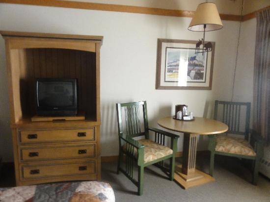 Mt. McKinley Princess Wilderness Lodge: Table & TV