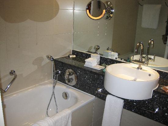 โรงแรมโซฟิเทล ลอนดอน ฮีทโทลว์: good bathroom but no robes