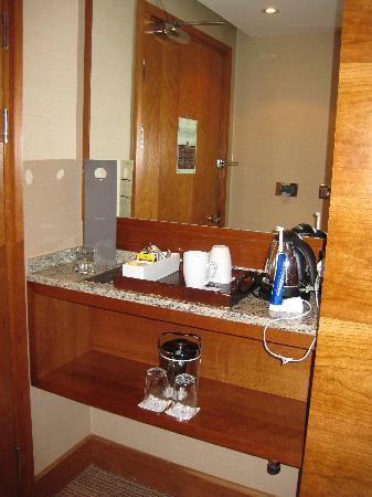 โรงแรมโซฟิเทล ลอนดอน ฮีทโทลว์: tea+Coffee making area