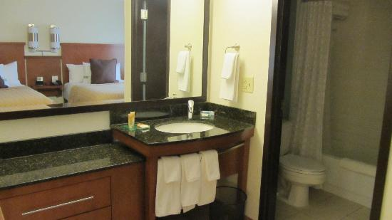 Hyatt Place Dallas-North: vanity area outside of separate bathroom