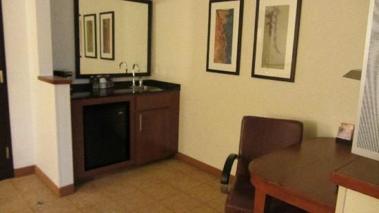 Hyatt Place Dallas-North: wet bar and desk