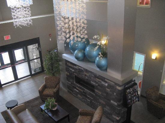 Comfort Suites Kelowna: lobby from 2nd floor looking in