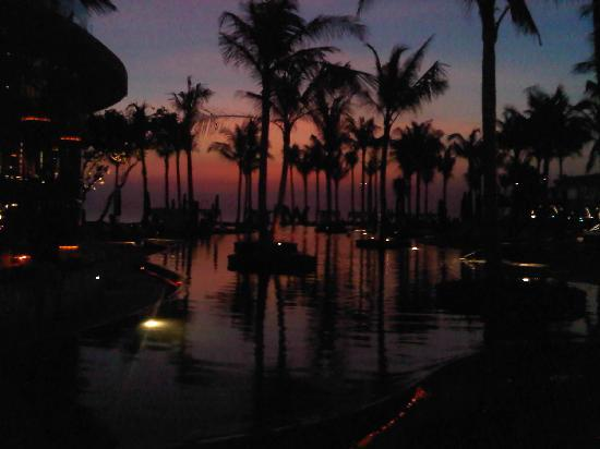 ดับบลิวรีทรีทแอนด์สปา บาหลี-เซมินยัค: View out to sea from poolside at sunset - Incredible stuff