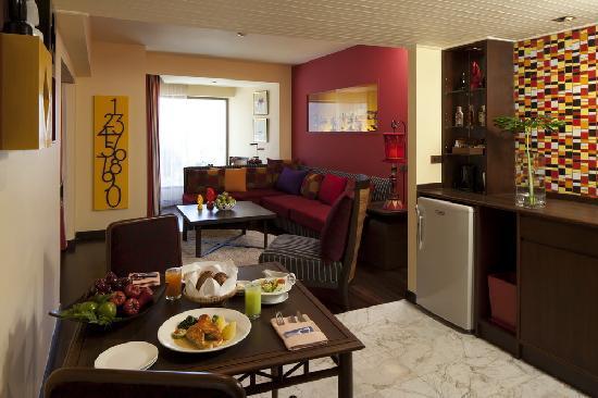เดอะ เบย์วิว: Carnival Theme Suite Living Room
