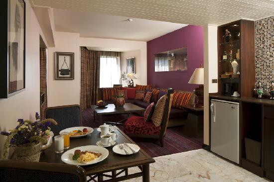 เดอะ เบย์วิว: Hill Tribes Theme Suite Living Room