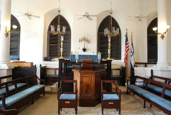 Beracha Veshalom Vegimulth Hasidim Synagogue: View of the beema