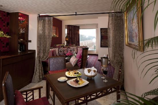 เดอะ เบย์วิว: Moroccan Theme Suite Living Room
