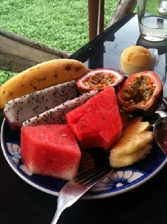 โรงแรม ทีนทานห์ บูทีค: fruit for breakfast on the terrace