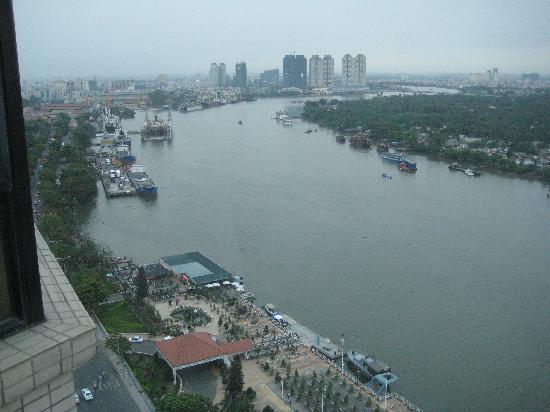 โรงแรมเรอเนสซองริเวอร์ไซด์ไซง่อน: View from roof top swimming pool