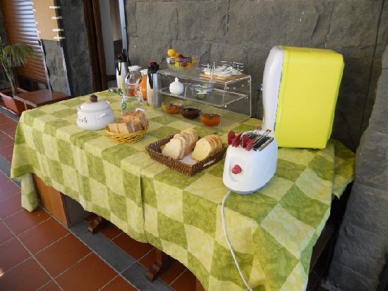 Etna Hut bed and breakfast: ...Frühstücksbuffet...