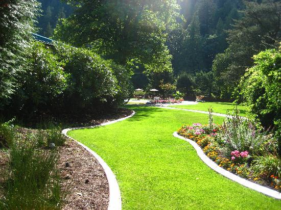Harrison Hot Springs Resort & Spa: Garden