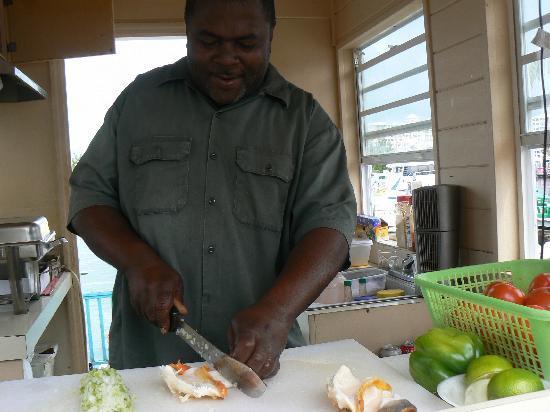 Island Seas Resort: mister brown prepara ottima insalata di conk a port lucaya