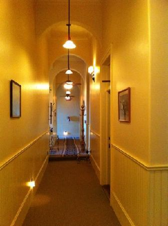 Tahoe House Hotel: arched hallway