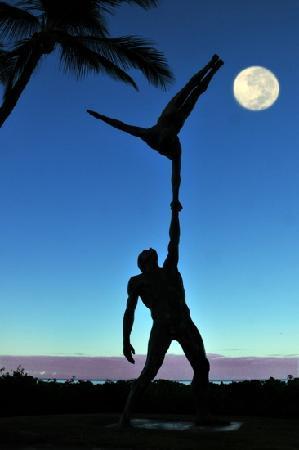 Hyatt Regency Maui Resort and Spa: fabulous statues reflecting Cirque Polynesia