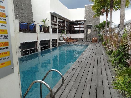 โรงแรมซานติกาพลเทียนัค: Cosy swimming pool on the 6th floor.