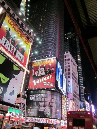 วิลล่า บูกิส เซมินยัค: Times Square