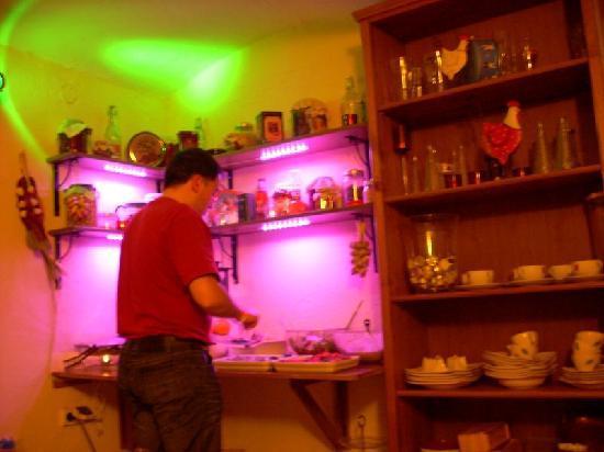 Greg & Tom Party Hostel: Zona del Buffet en Greg and Tom