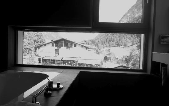 "Hotel Walliserhof: Badezimmer ""Suite Brügga""  Aussicht"