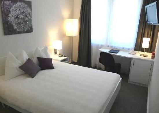 Hotel Garni Fontana: New hillside room (quiet, no railway in front)