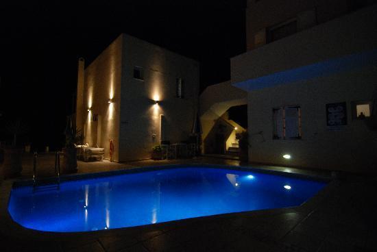 Reverie Santorini Hotel: Reverie hotel at night