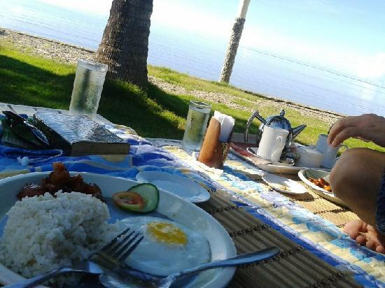 วิลลา เลโอนารา บีช รีสอร์ท: We wanted to eat breakfast outside facing the beach...and they brought the food to us!