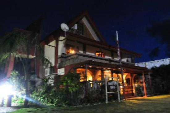 วิลลา เลโอนารา บีช รีสอร์ท: The reception at night