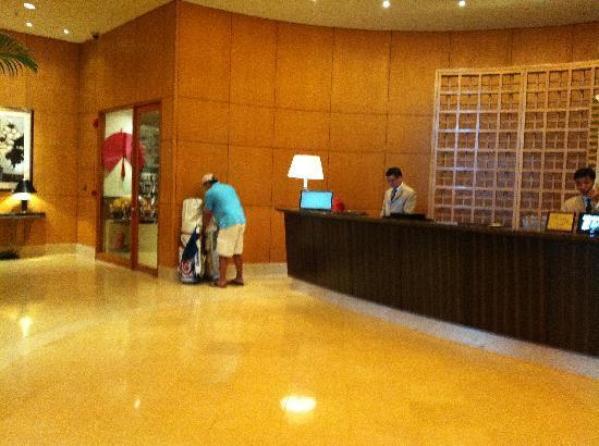 โรงแรมคาราเวล: He had to carry these bag from the far right to the far left to keep the reception area clear...