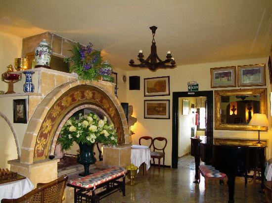 Fowlers Hotel: Grand piano