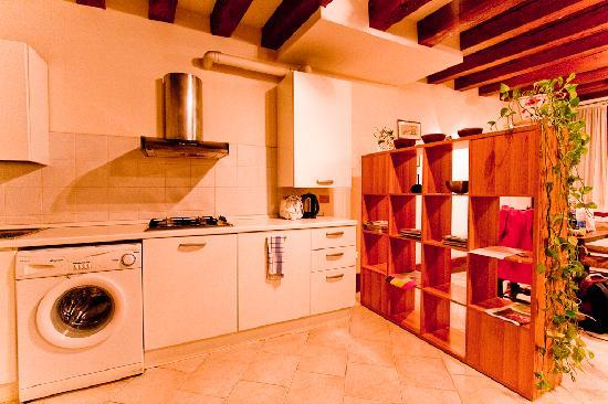 Zattare Dorsoduro Venice: Kitchen area with washer & dryer (open living)