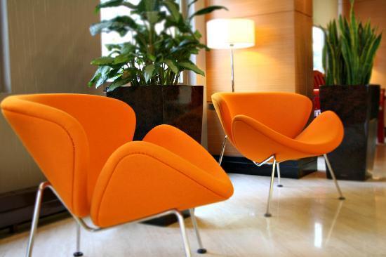 Midtown Hotel: orange slices at lobby