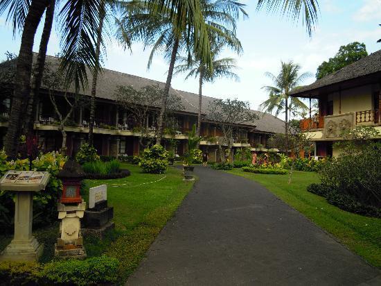 The Jayakarta Bali Beach Resort: ホテル棟と庭