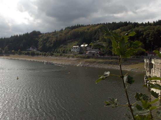 Seehotel Sonnengruss: Het hotel met rechts de stuwdam