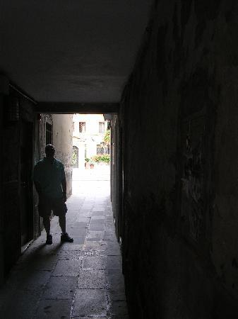 Hotel Al Codega: The tiny walkway from the street to the courtyard