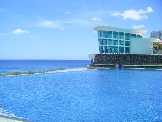 Sheraton Laguna Guam Resort: 海と空につながるプール。教会でのウエディングも見られて幸せ気分。