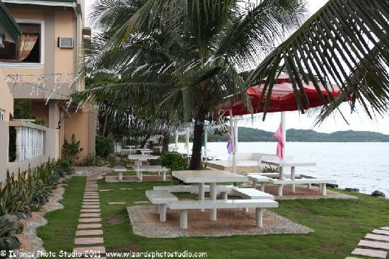 Harbour Chateau Resort: Beach side seating, food and BBQ area