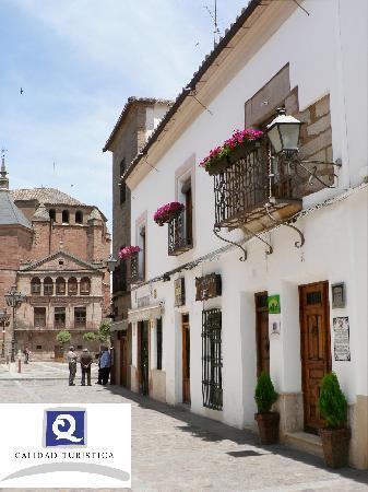 Hotel La Morada de Juan de Vargas: FACHADA, CON LA PLAZA MAYOR Y LA IGLESIA DE SAN ANDRÉS AL FONDO