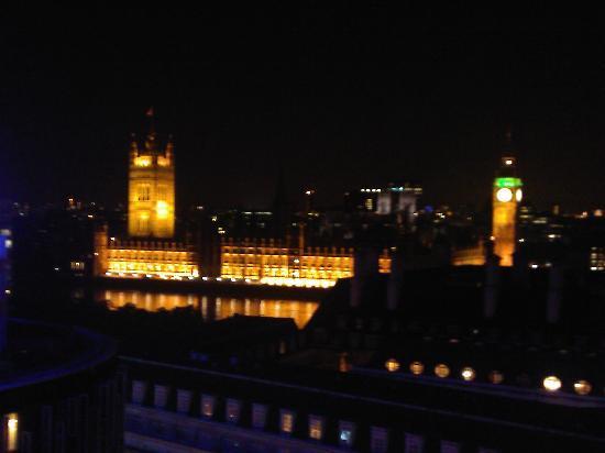 ปาร์คพลาซ่า เคาน์ตี้ฮอลล์ ลอนดอน: View from room at night