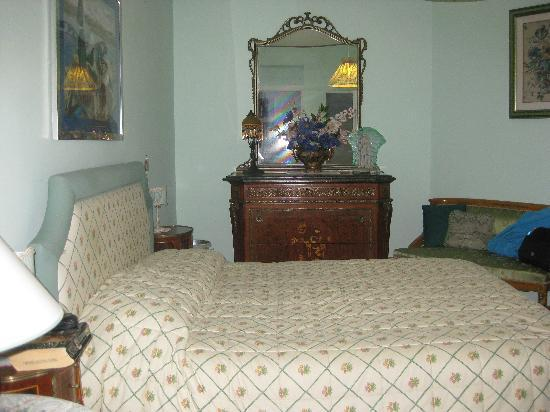 Anna Maria Guesthouse B&B: Bedroom - plenty of room, good storage and a lovely ensuite