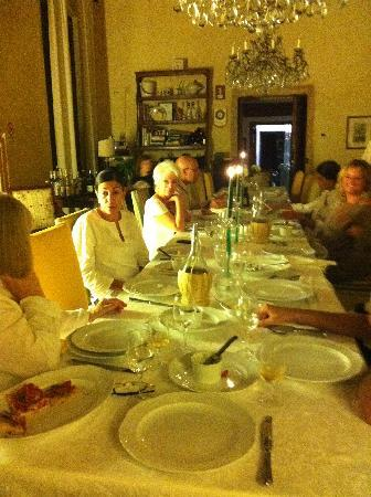 Agriturismo Palazzetto Ardi: Dinner with new friends in elegant surroundings