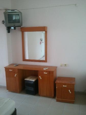 Grand Hotel Kekova: oda tv köşesi makyaj masası