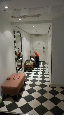 Hotel Fabian: comfort room hallway