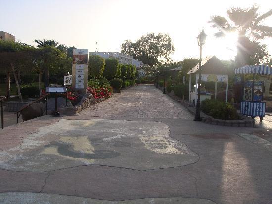 Sharm El Sheikh Marriott Resort: Promenade at sunrise