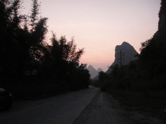 หยางซั่ว เมาเท่น รีทรีท: The view from the road - just outside the resort...