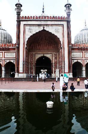Friday Mosque (Jama Masjid): mezquita y fuente para las abluciones.