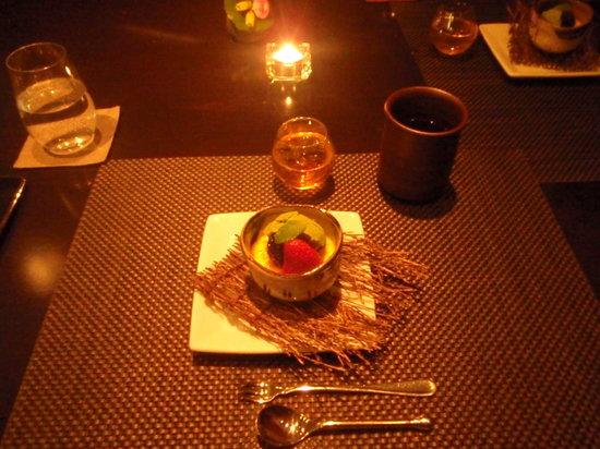 Rosanjin: ...creme brulé con gelato al té verde e frutta, ottima!