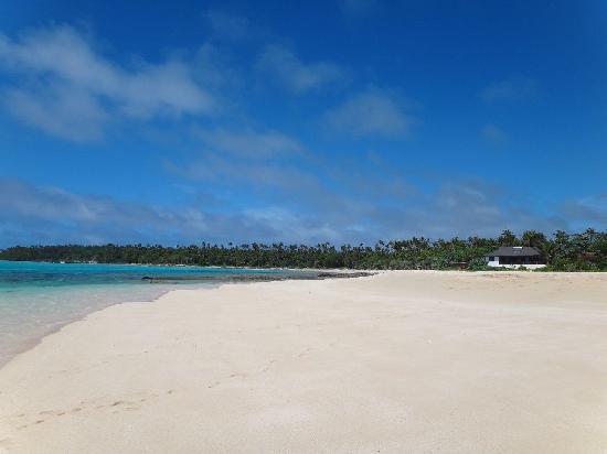 Matafonua Lodge: Restaurant - managers residence from beach